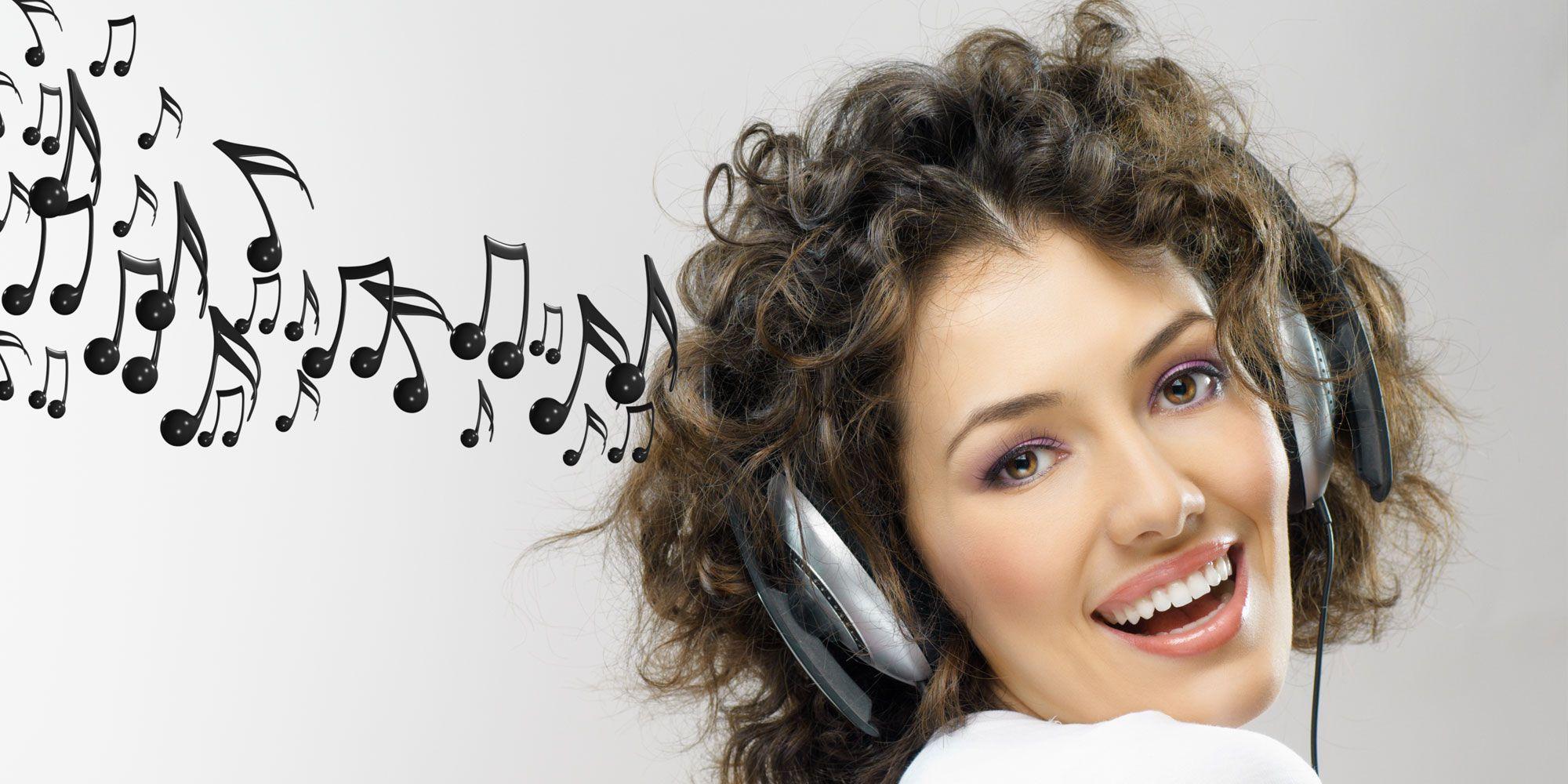 Люди слушают музыку