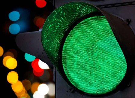 Ampel, grün, go, los, freie Fahrt, http://www.shutterstock.com/de/pic-116908762/stock-photo-green-traffic-light-with-colorful-unfocused-lights-on-a-background.html